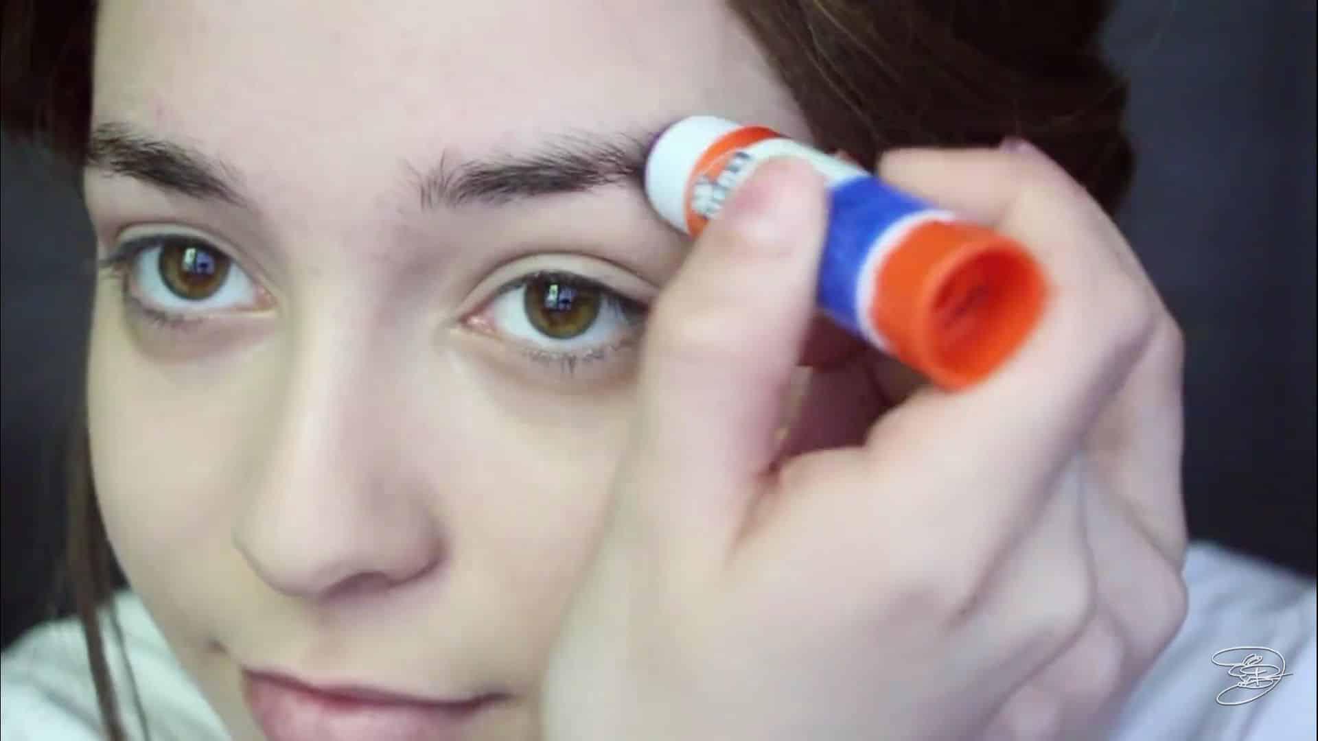 Maquíllate como la princesa la Bella de Emma Watson Jbunzie 2020, pegamento en barra, borrar cejas con pega en barra.