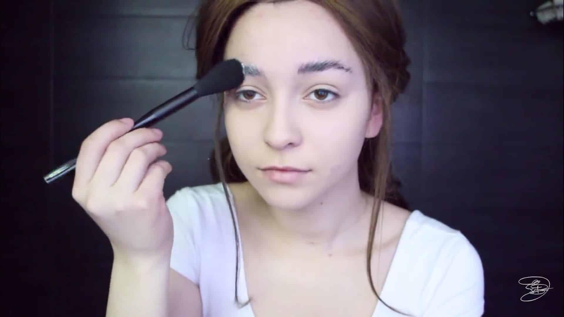 Maquíllate como la princesa la Bella de Emma Watson Jbunzie 2020,  sellar la pega de los cejas con polvo translucido.