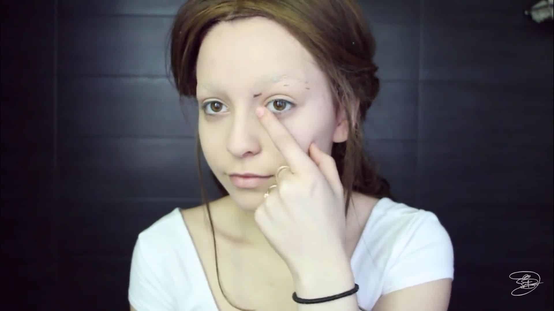 Maquíllate como la princesa la Bella de Emma Watson Jbunzie 2020, delimitar puntos de cejas. deliniado de cejas.