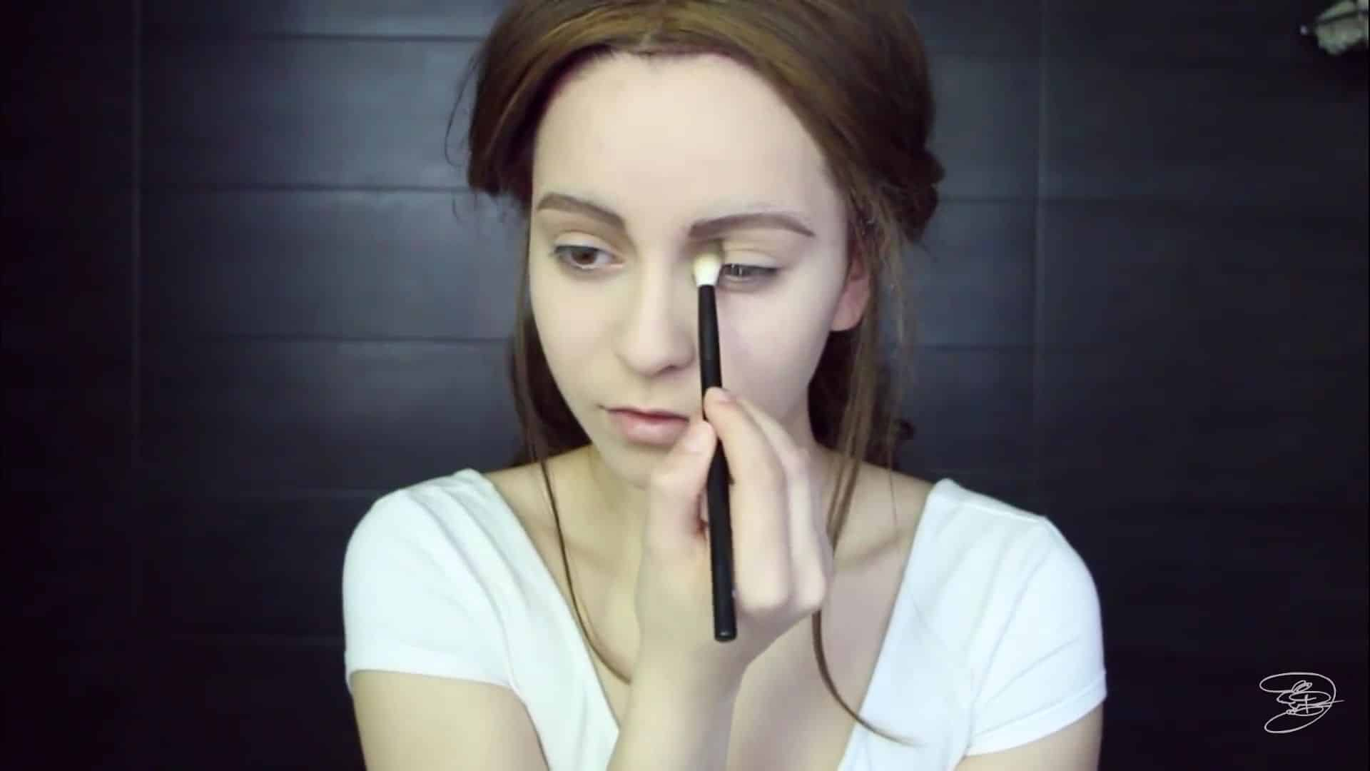 Maquíllate como la princesa la Bella de Emma Watson Jbunzie 2020, contorno del ojo.