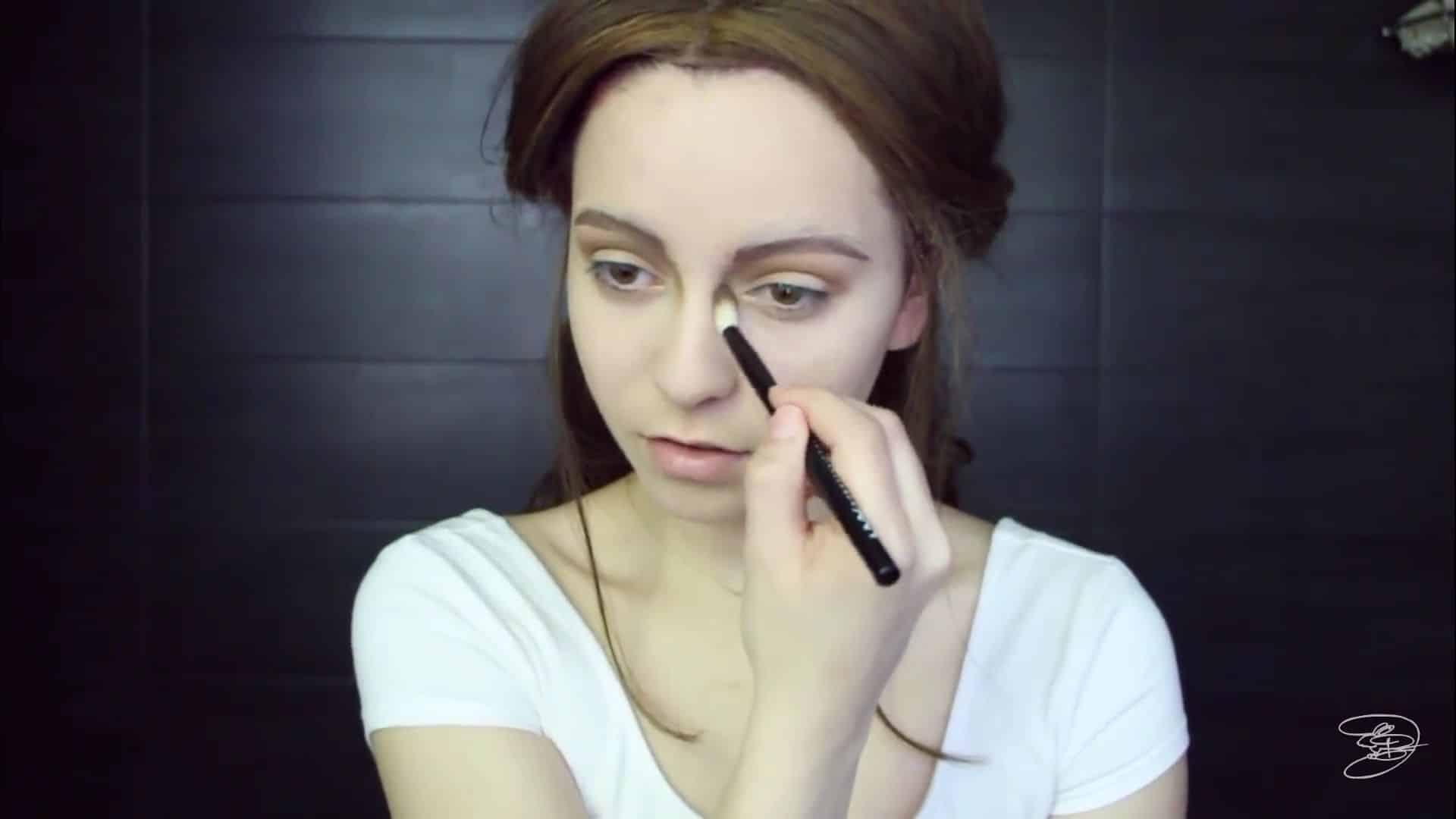 Maquíllate como la princesa la Bella de Emma Watson Jbunzie 2020, sombreado de la nariz.