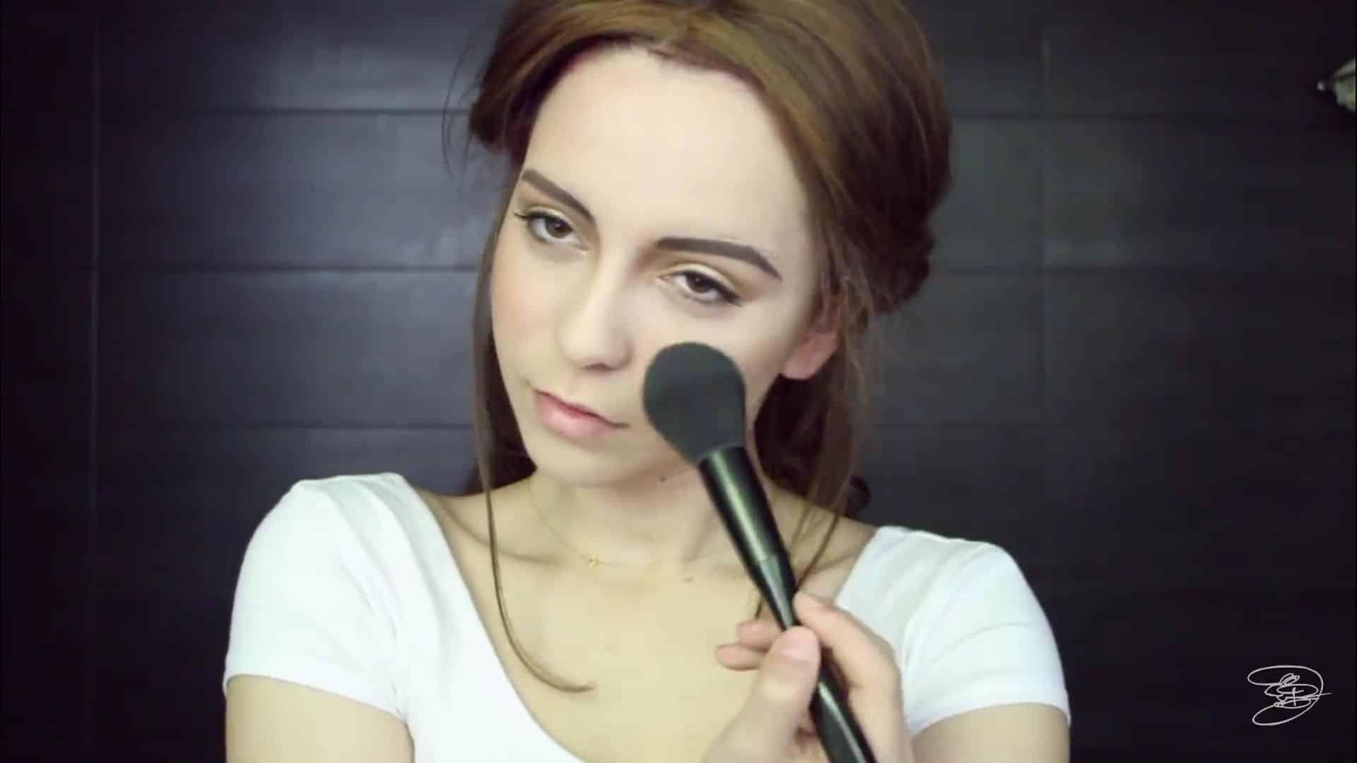 Maquíllate como la princesa la Bella de Emma Watson Jbunzie 2020, rubor en las mejillas.