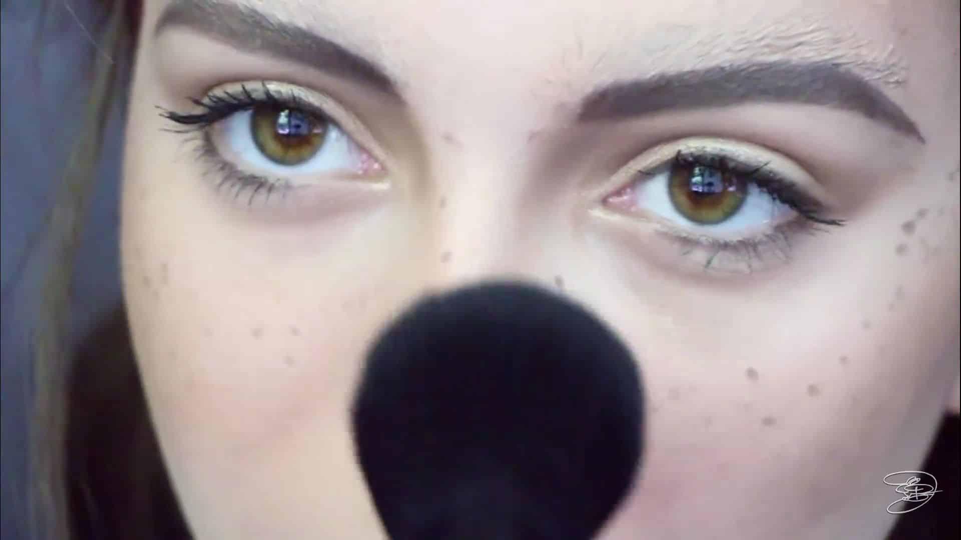 Maquíllate como la princesa la Bella de Emma Watson Jbunzie 2020, polvo translucido en las pecas.