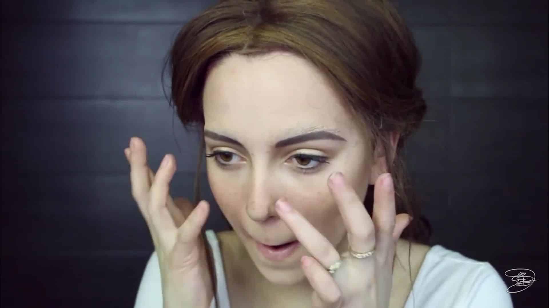 Maquíllate como la princesa la Bella de Emma Watson Jbunzie 2020, dibujo de la nariz con sombra marrón.