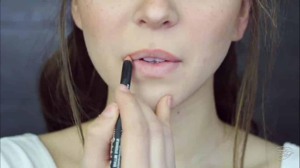Maquíllate como la princesa la Bella de Emma Watson Jbunzie 2020, lapiz de color durazno, labial base.