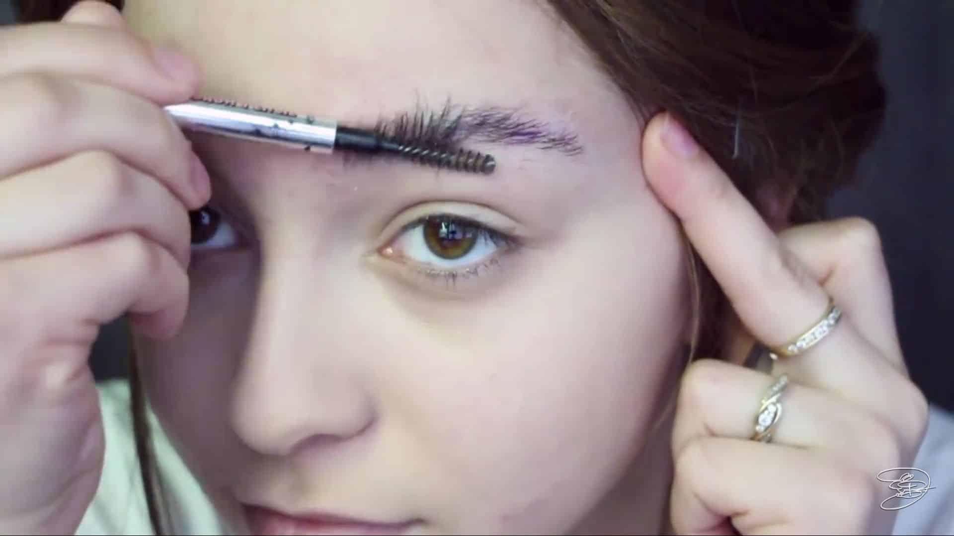 Maquíllate como la princesa la Bella de Emma Watson Jbunzie 2020, peinar las cejas.