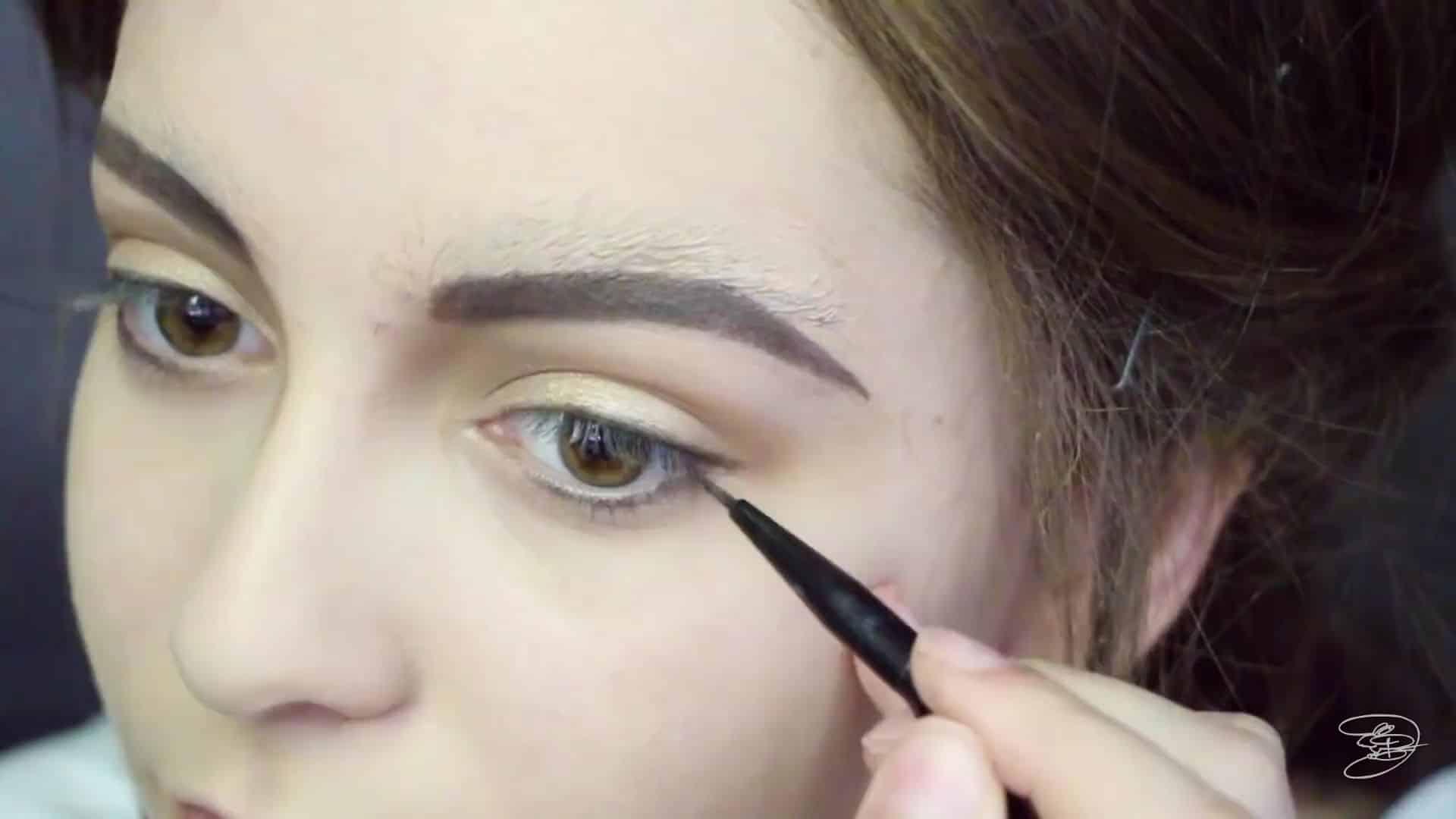 Maquíllate como la princesa la Bella de Emma Watson Jbunzie 2020, delineado parte inferior del ojo.