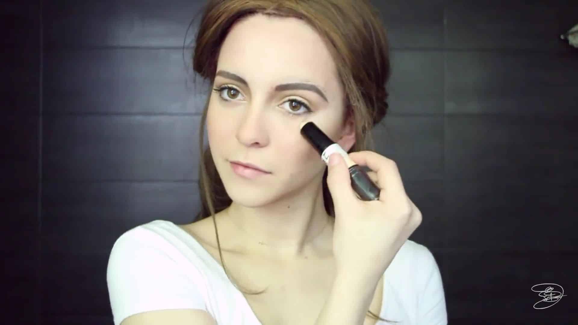 Maquíllate como la princesa la Bella de Emma Watson Jbunzie 2020, iluminador.