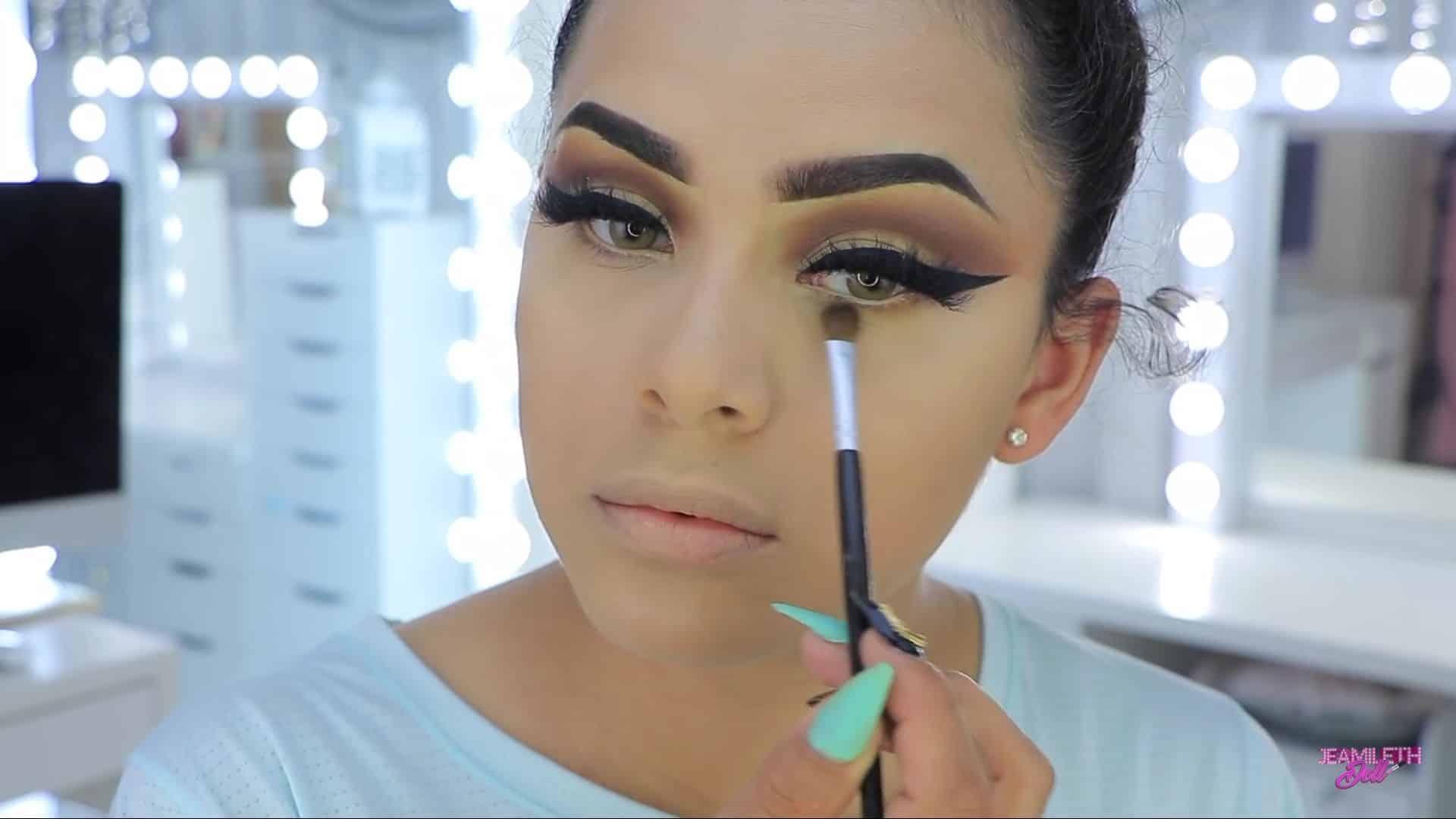 Maquillate como Jasmine facil y rapido Jeamileth Doll 2020, aplicar sombra por debajp del ojo.