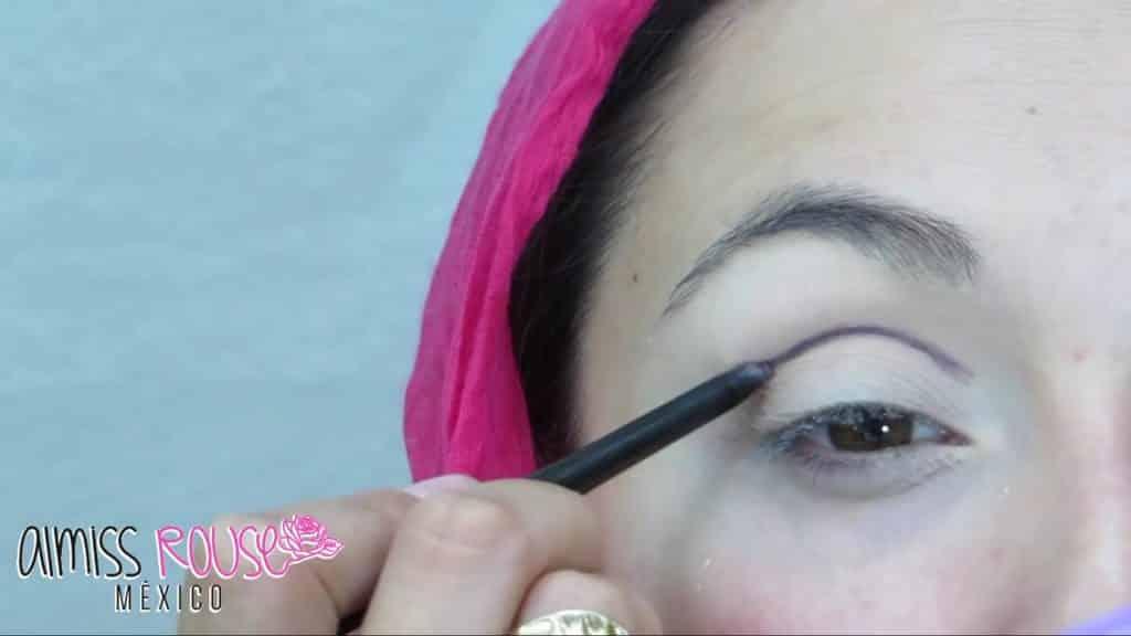 Paso a paso maquillaje Árabe almiss rouse 2020, delineado de linea con lápiz morado.