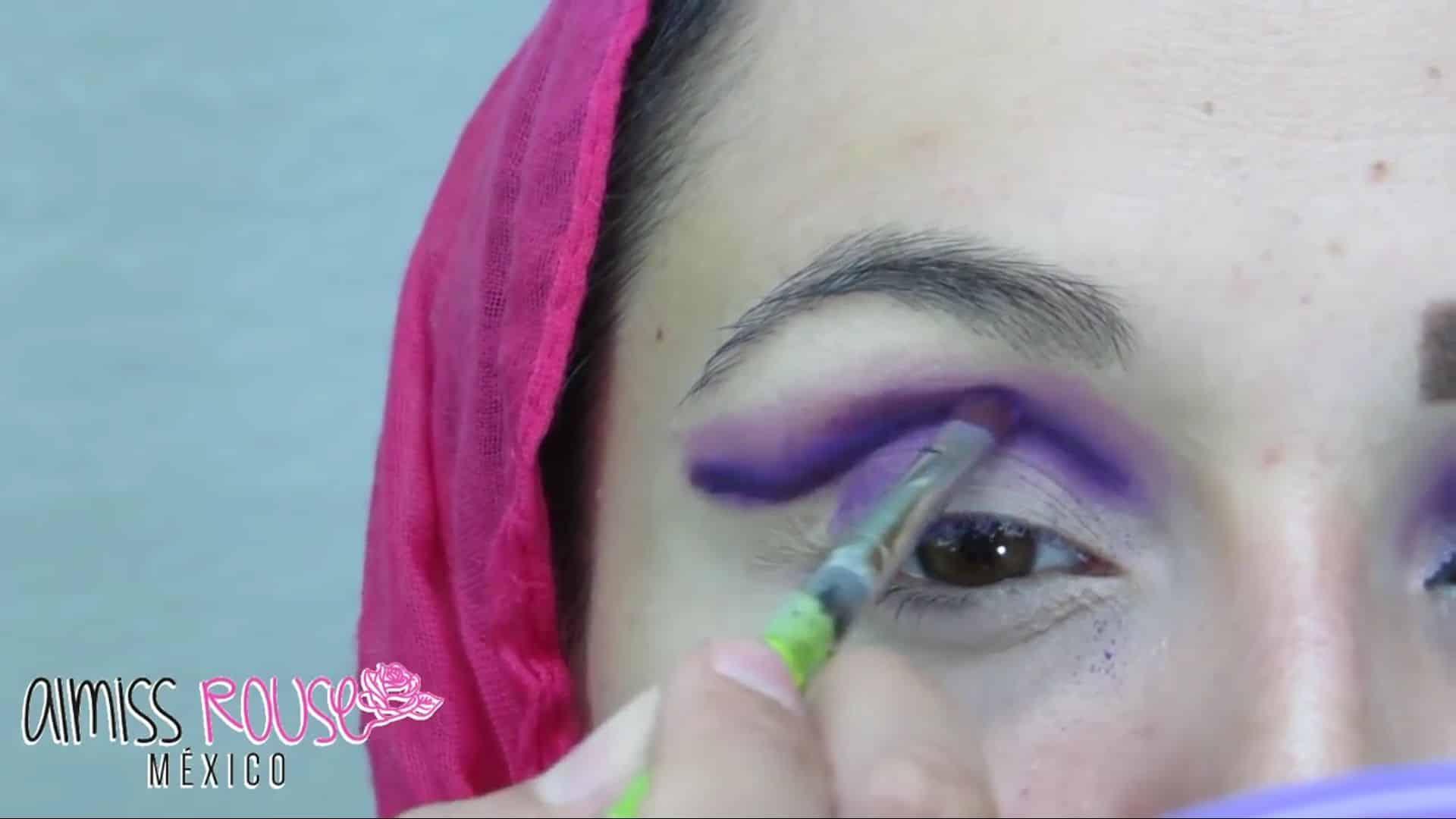 Paso a paso maquillaje Árabe almiss rouse 2020, difuminado de la linea del ojo.