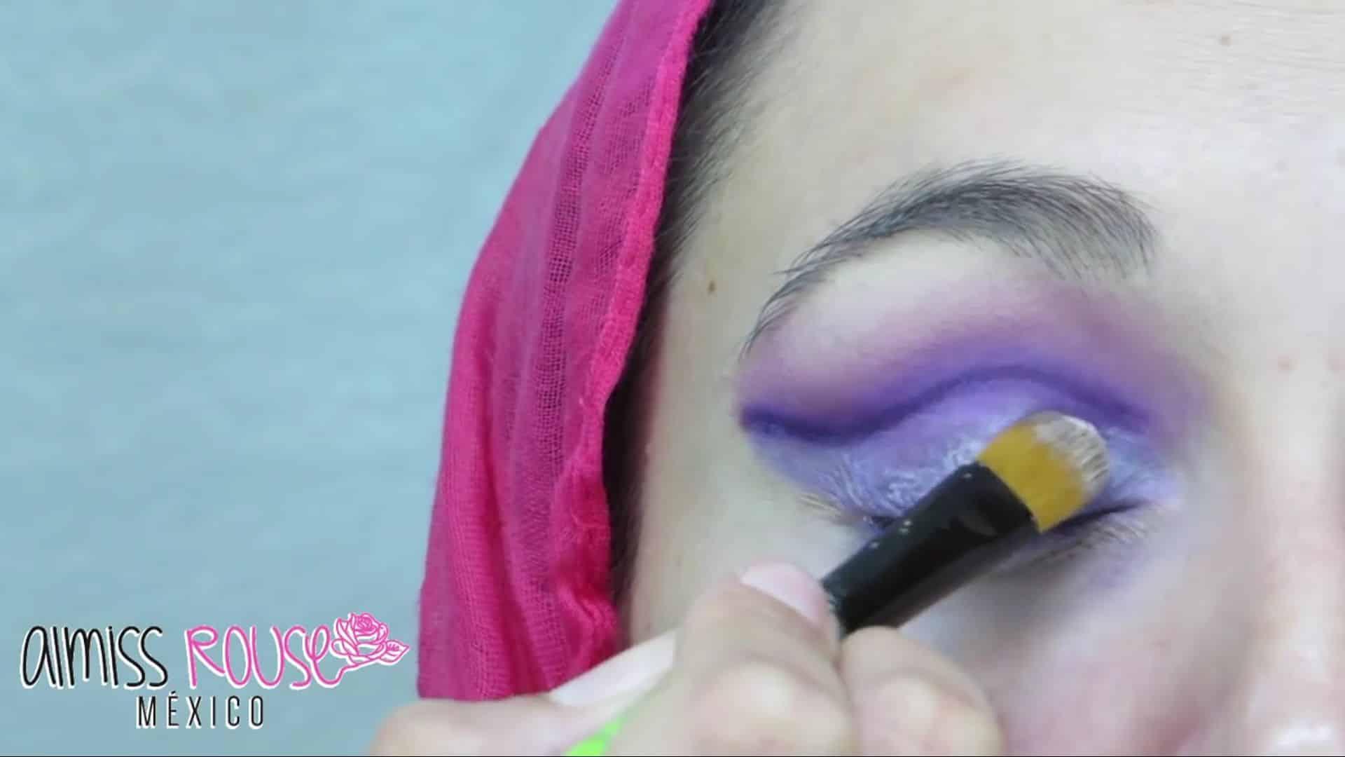 Paso a paso maquillaje Árabe almiss rouse 2020, aplicar pegamento en parpado móvil.