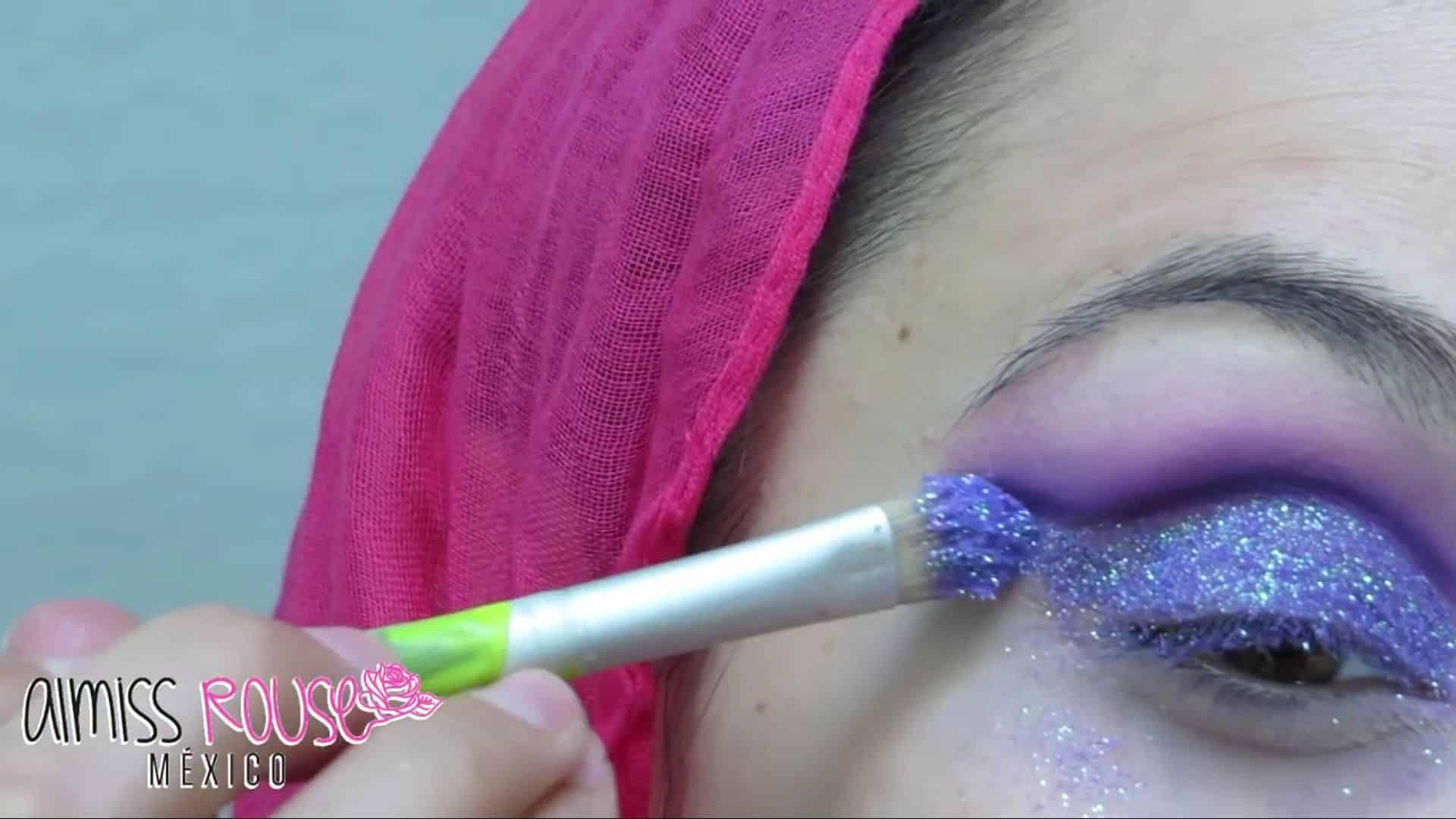 Paso a paso maquillaje Árabe almiss rouse 2020, aplicar escarcha en el párpado.