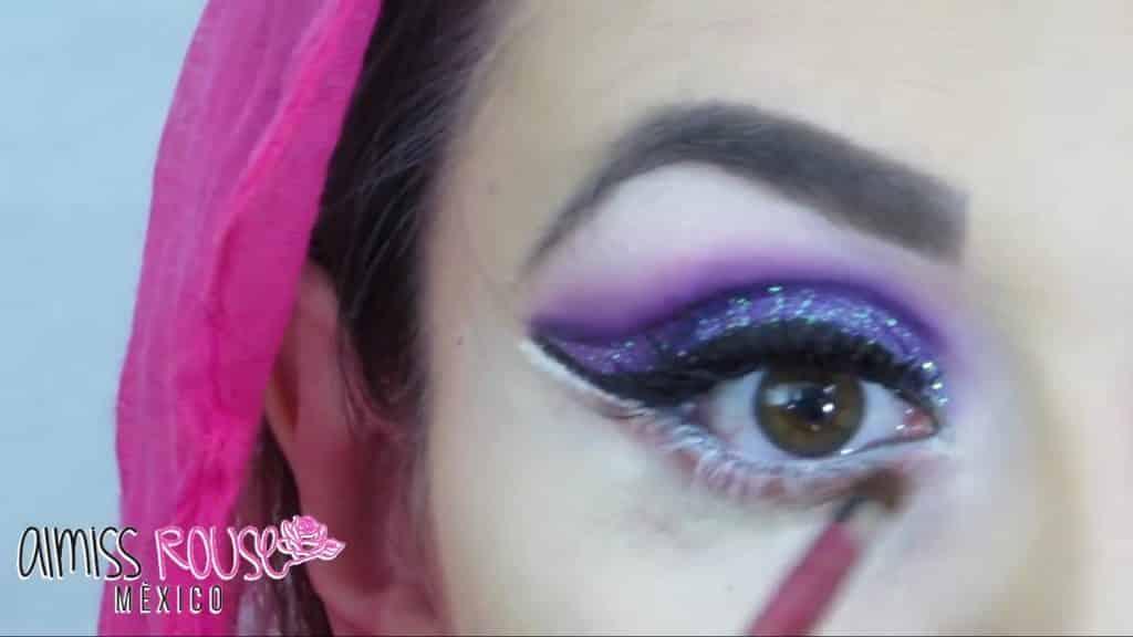 Paso a paso maquillaje Árabe almiss rouse 2020, delineado con sombra rosa.