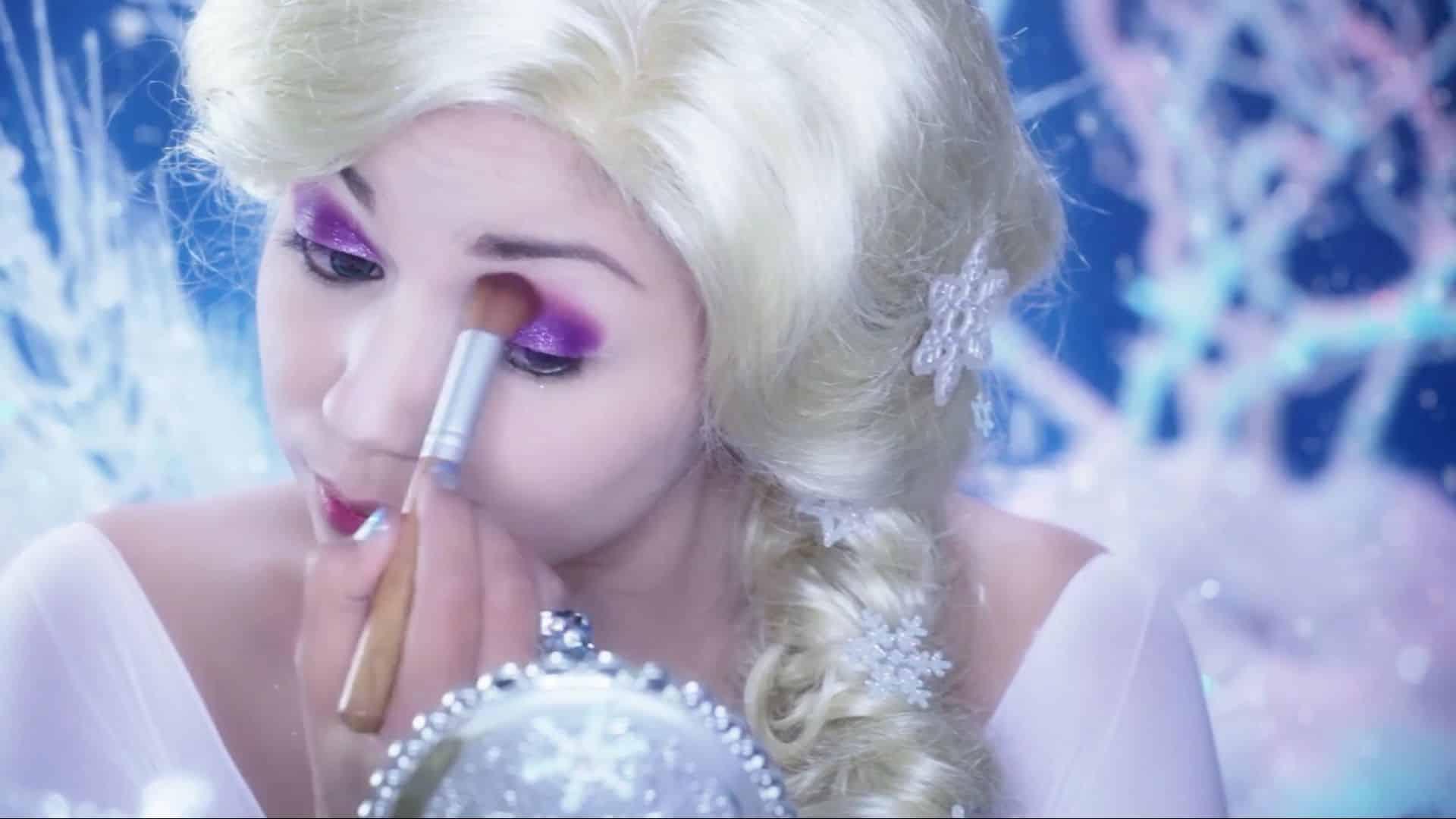 Maquíllate como la princesa Elsa Charisma Star 2020, difuminado de sombra.
