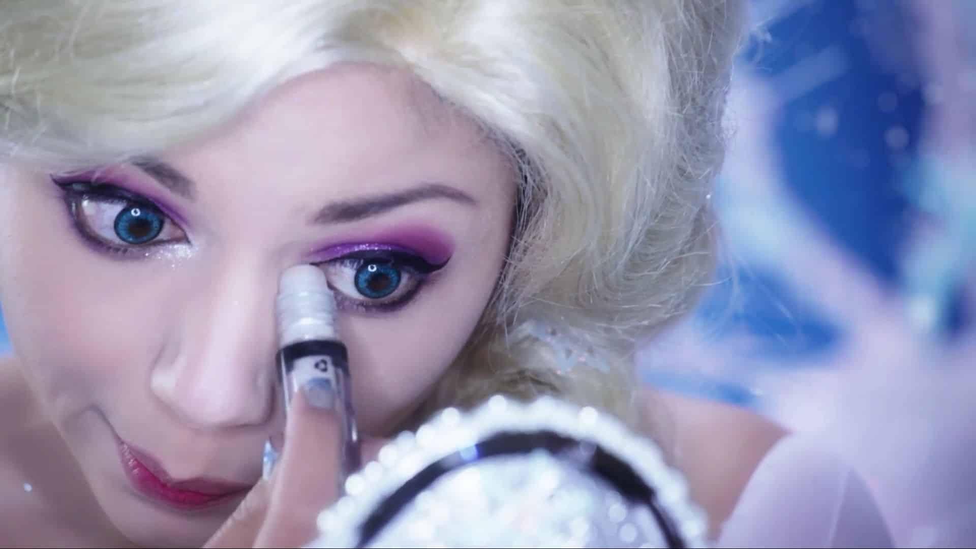 Maquíllate como la princesa Elsa Charisma Star 2020, sombra blanca para dar brillo.