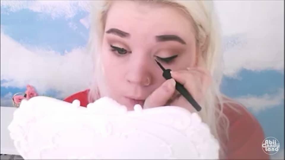 Maquillaje fácil y rápido inspirado en Blancanieves 2020 Abii candi land, delineado de ojo.