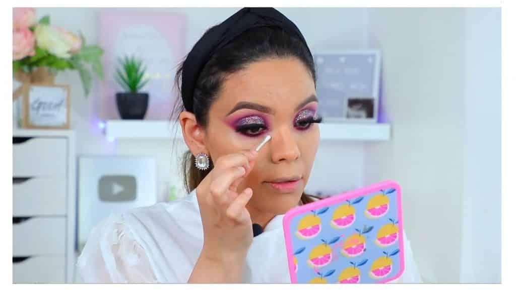 maquillaje de noche 2020 maquillaje dramático con glitter bissú Yoshi Meza limpiar la mancha de máscara