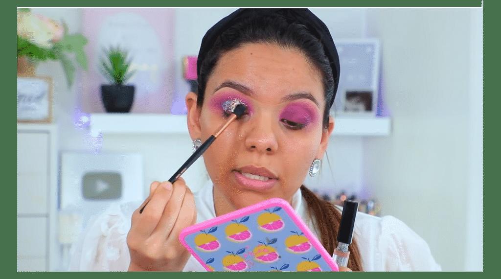 maquillaje de noche 2020 maquillaje dramático con glitter bissú Yoshi Meza aplica el glitter