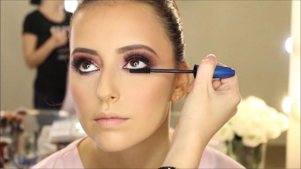 Aplicación de mascara en pestañas de línea de agua inferior. Tendencias de Maquillaje para novia 2020 Tania Makeup.