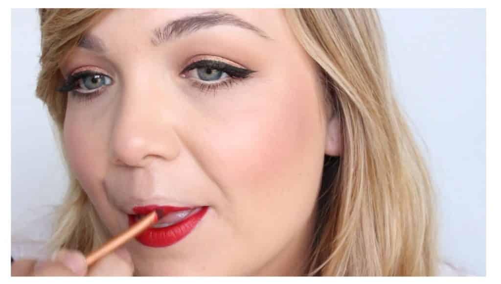 Maquillaje sencillo para unos labios rojos perfectos y con intensidad de color aplicar el labial en el labio superior