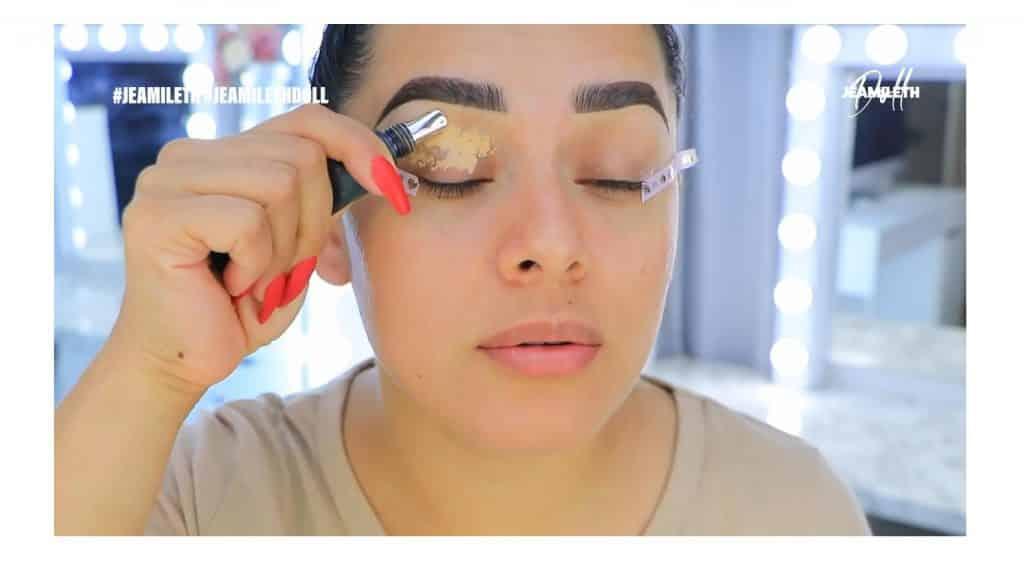 ¡Delineado infinito con glitter! La nueva tendencia brasilera de maquillaje para ojos  corrector en los párpados