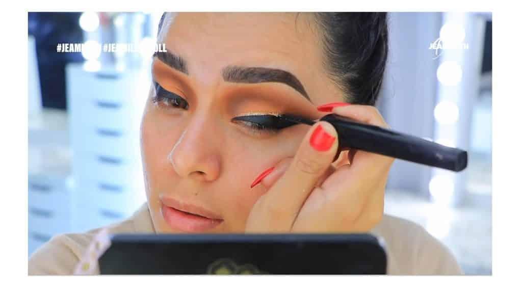 ¡Delineado infinito con glitter! La nueva tendencia brasilera de maquillaje para ojos aplicar glitter