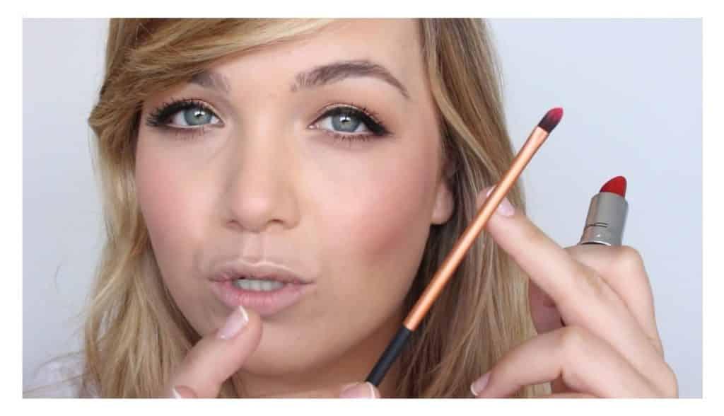 Maquillaje sencillo para unos labios rojos perfectos y con intensidad de color aplicar el labial
