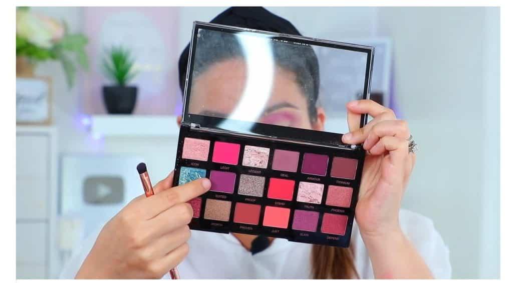 maquillaje de noche 2020 maquillaje dramático con glitter bissú Yoshi Meza  elige la sombra morado claro