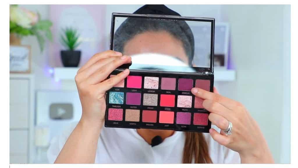 maquillaje de noche 2020 maquillaje dramático con glitter bissú Yoshi Meza elige el tono morado oscuro