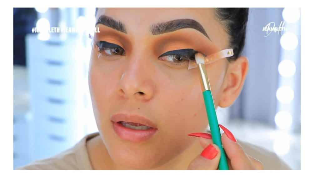 ¡Delineado infinito con glitter! La nueva tendencia brasilera de maquillaje para ojos aplicar sombra