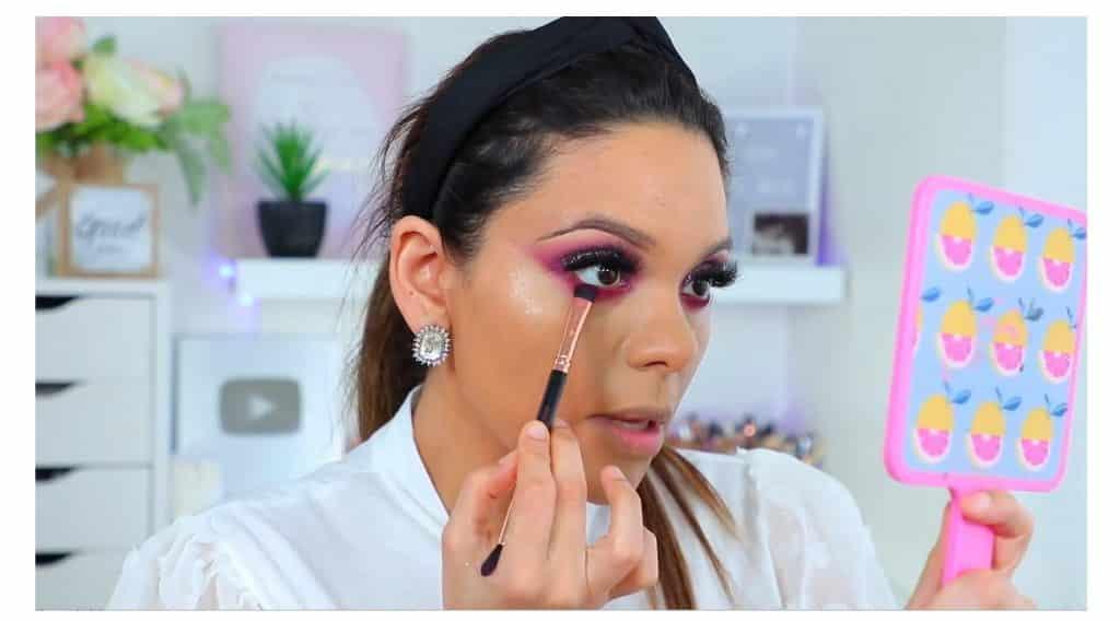 maquillaje de noche 2020 maquillaje dramático con glitter bissú Yoshi Meza sombra morado oscuro para los párpados inferiores