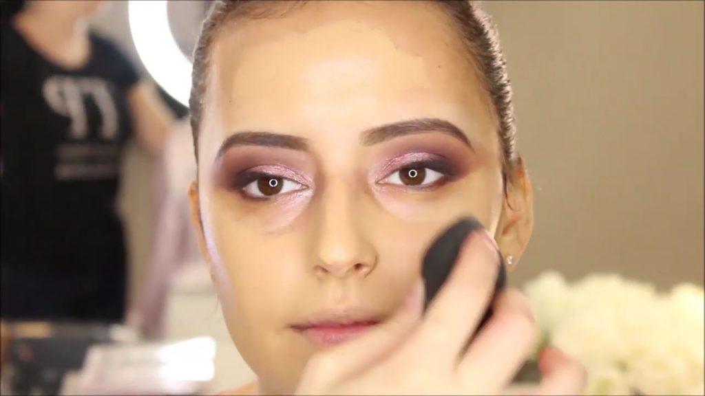 Aplicación de base con Beauty blender. Tendencias de Maquillaje para novia 2020 Tania Makeup