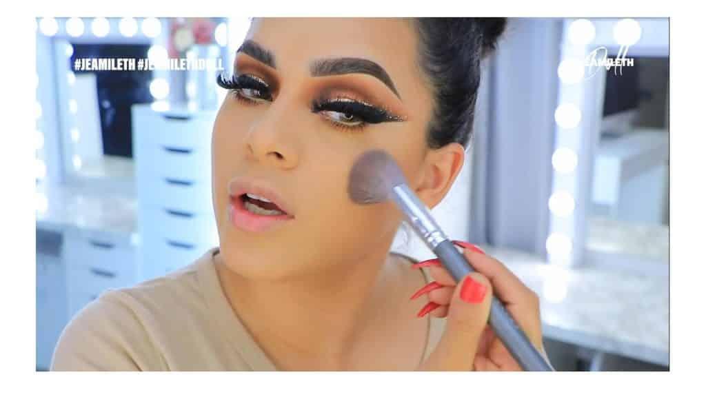 ¡Delineado infinito con glitter! La nueva tendencia brasilera de maquillaje para ojos broncear