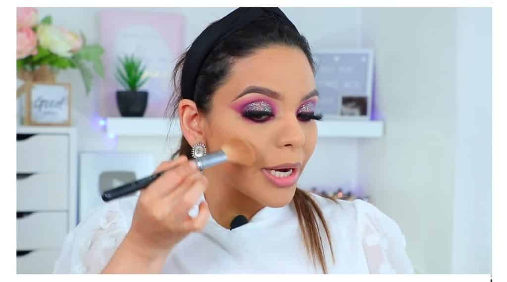 maquillaje de noche 2020 maquillaje dramático con glitter bissú Yoshi Meza bronzer para dar color