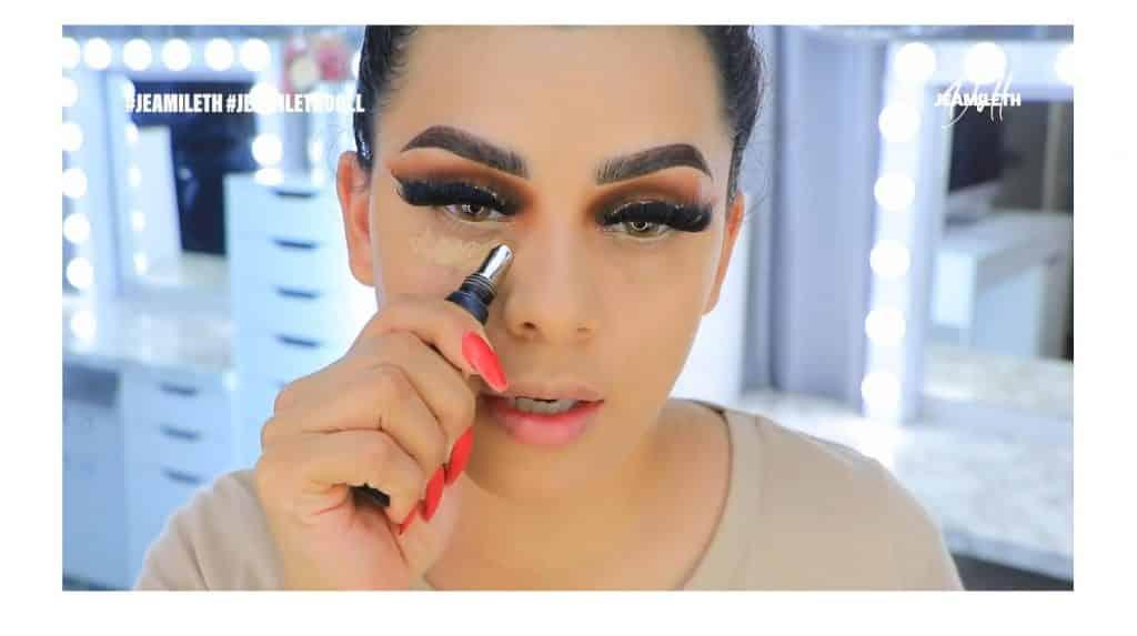 ¡Delineado infinito con glitter! La nueva tendencia brasilera de maquillaje para ojos corrector