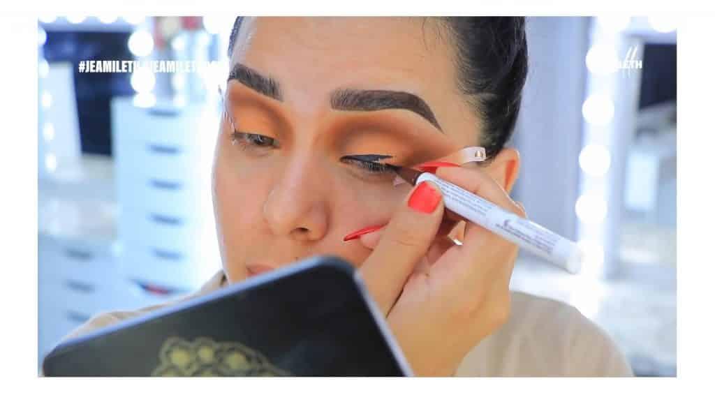 ¡Delineado infinito con glitter! La nueva tendencia brasilera de maquillaje para ojos aplicar delineador líquido