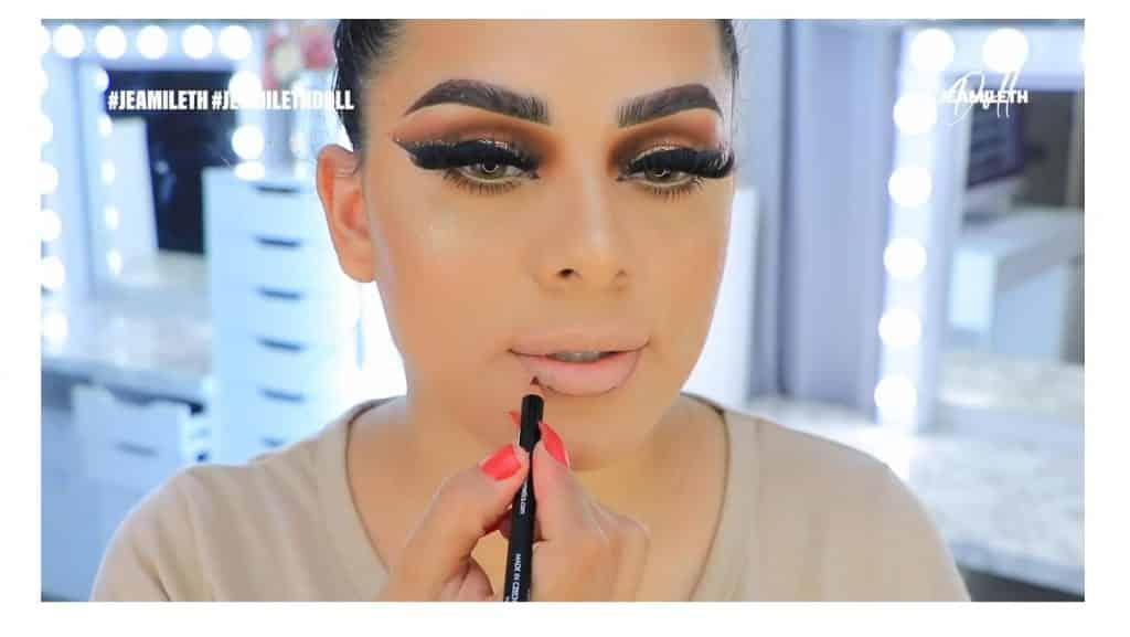 ¡Delineado infinito con glitter! La nueva tendencia brasilera de maquillaje para ojos delinea los labios