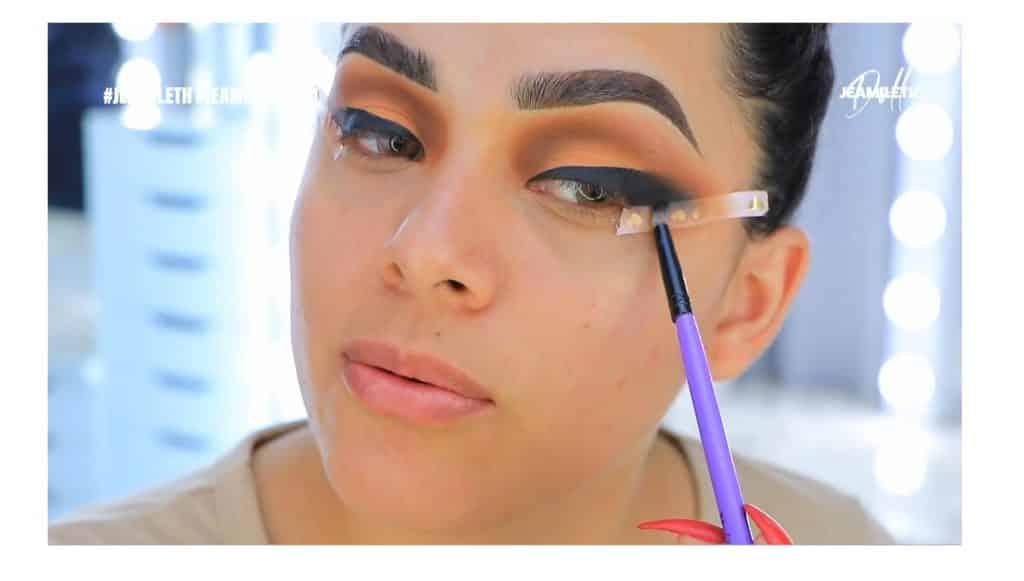 ¡Delineado infinito con glitter! La nueva tendencia brasilera de maquillaje para ojos difuminal la sombra negra