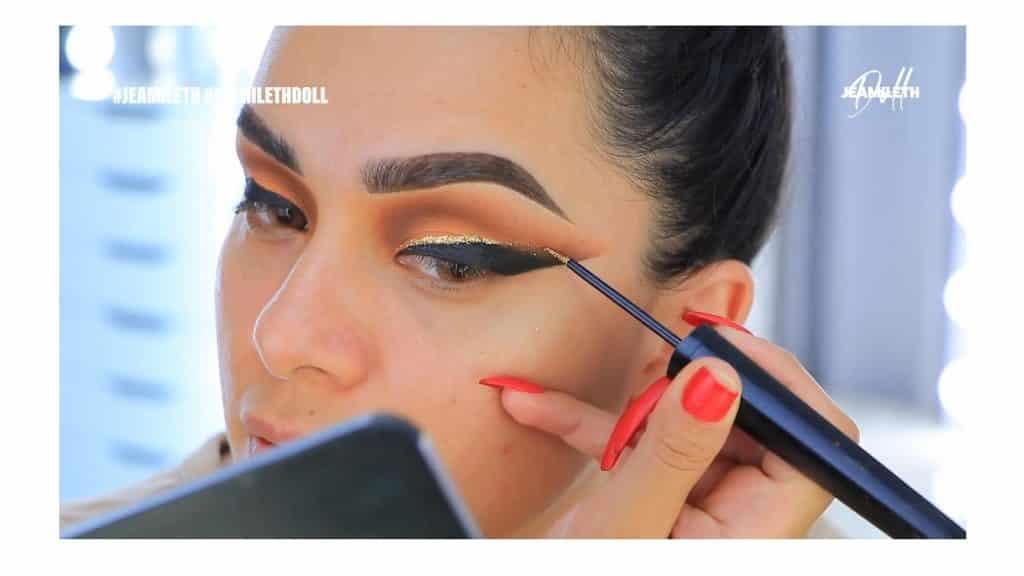 ¡Delineado infinito con glitter! La nueva tendencia brasilera de maquillaje para ojos difuminar el glitter