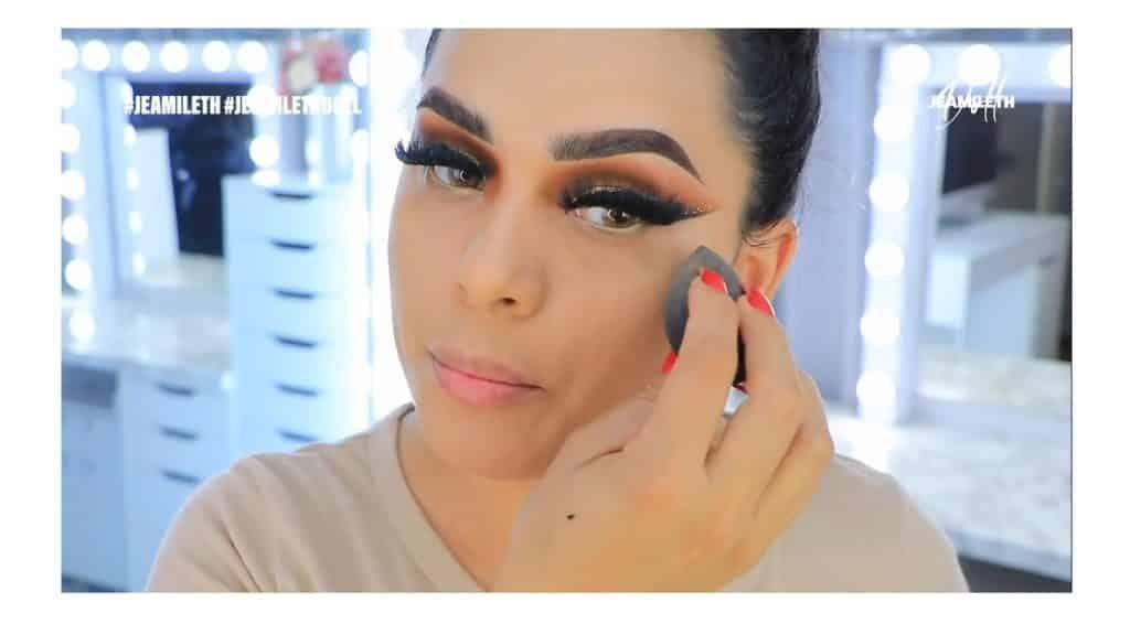 ¡Delineado infinito con glitter! La nueva tendencia brasilera de maquillaje para ojos difuminar la base