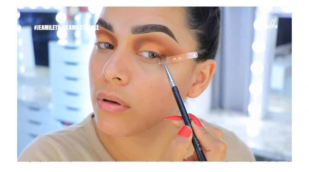 ¡Delineado infinito con glitter! La nueva tendencia brasilera de maquillaje para ojos difuminar el tono