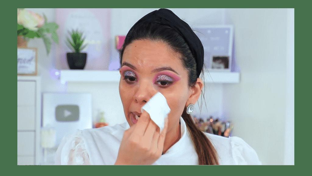 maquillaje de noche 2020 maquillaje dramático con glitter bissú Yoshi Meza elimina los restos de glitter