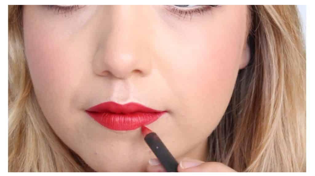 Maquillaje sencillo para unos labios rojos perfectos y con intensidad de color ensanchar con el perfilador