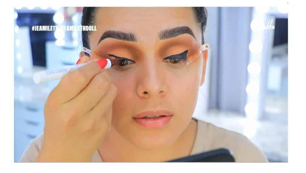 ¡Delineado infinito con glitter! La nueva tendencia brasilera de maquillaje para ojos cubrir bien con el delineador