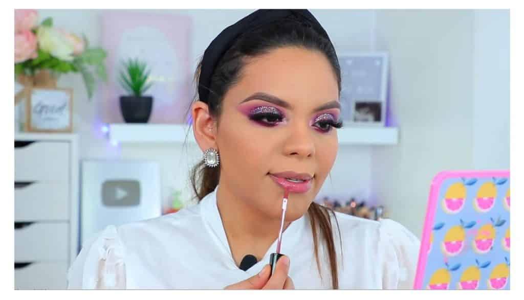 maquillaje de noche 2020 maquillaje dramático con glitter bissú Yoshi Meza labial color rosa