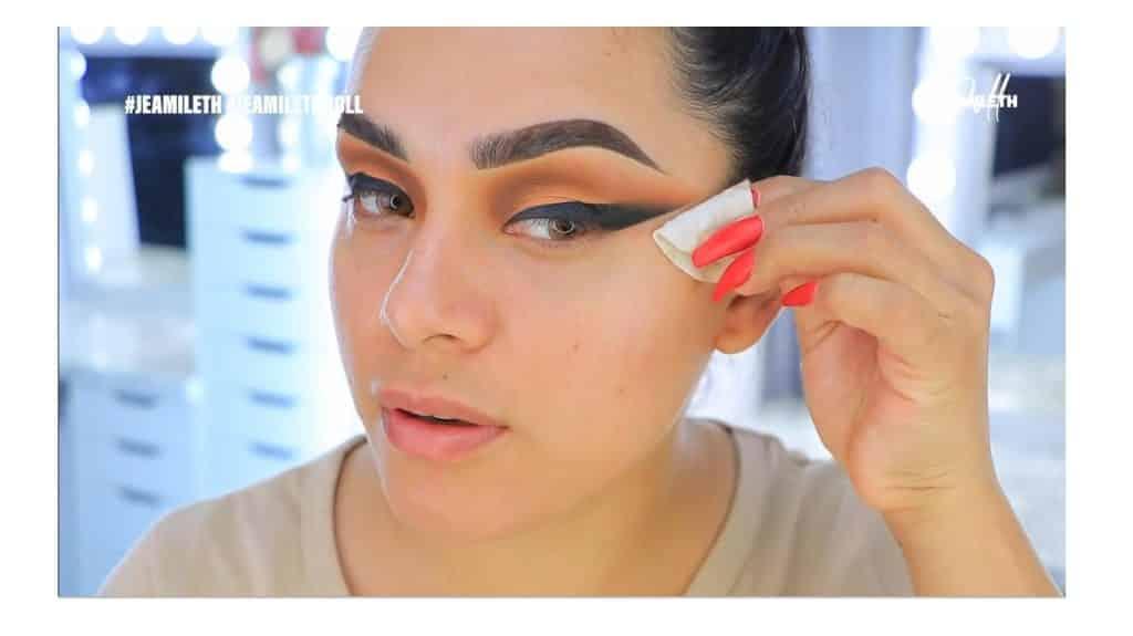 ¡Delineado infinito con glitter! La nueva tendencia brasilera de maquillaje para ojos quitar los restos de pega