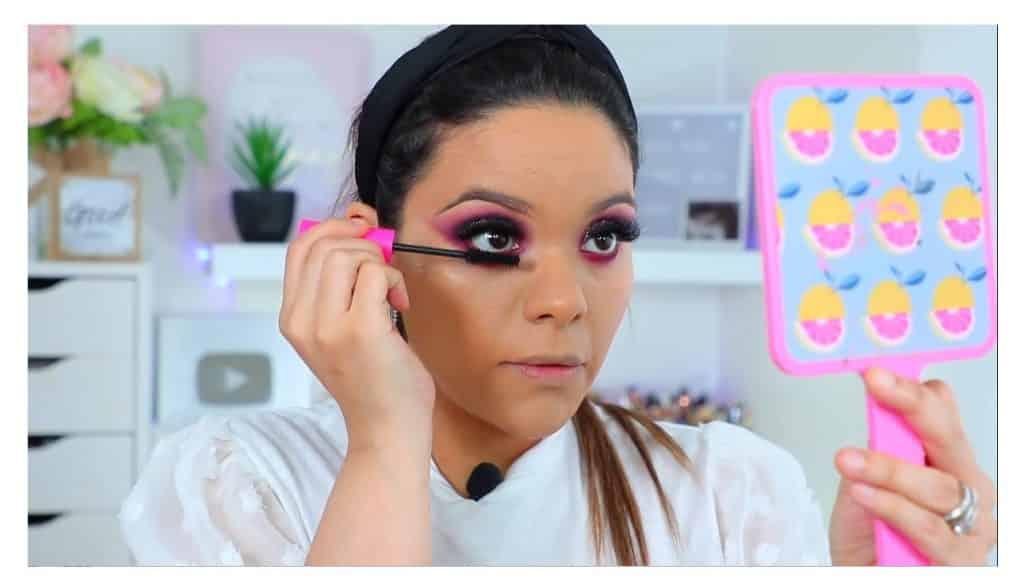 maquillaje de noche 2020 maquillaje dramático con glitter bissú Yoshi Meza máscara para las pestañas inferiores