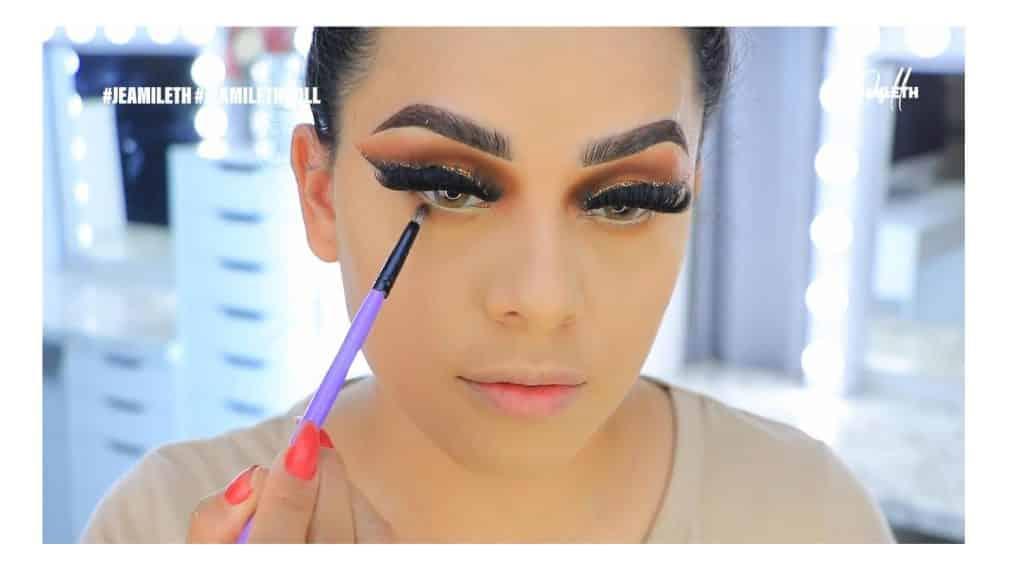 ¡Delineado infinito con glitter! La nueva tendencia brasilera de maquillaje para ojos aplica el segundo tono de sombra