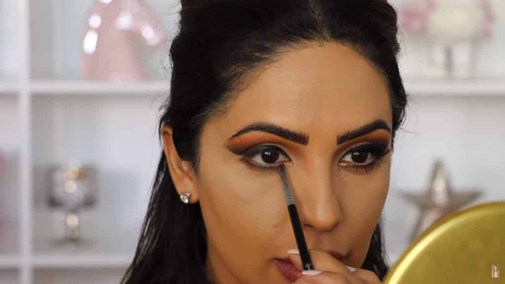 Maquillaje de ojos actual 2020 con Jackie Hernandez toque de sombra sanspread en lagrimal